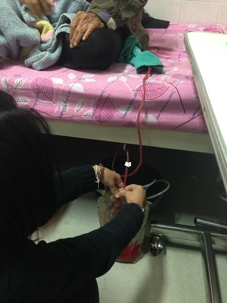 Pic 5. A patient's family member is changing a dialysis bag. / Photo: B.K. Seo.